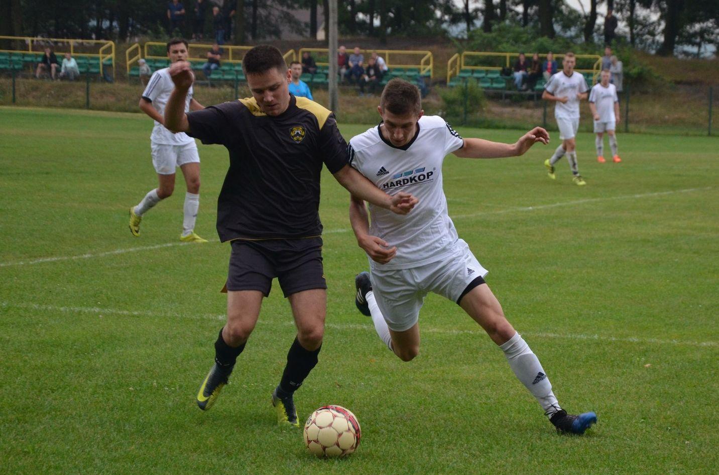 Przebudowana drużyna Leśnika przegrywa pierwszy mecz.